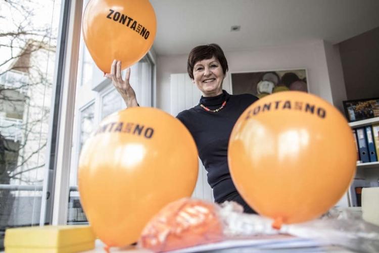 Bärbel Riemann mit den Ballons für die Kampagne