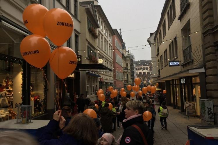 Unsere Ballons färbten die Innenstadt orange.