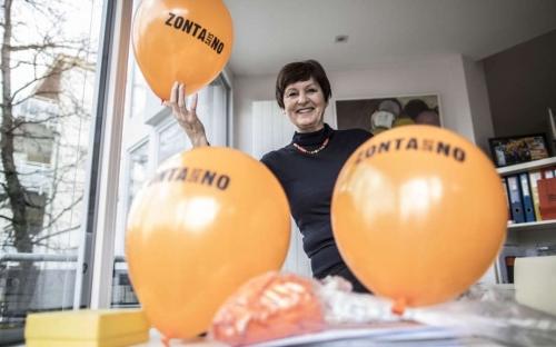 """Bärbel Riemann mit den Ballons für die Kampagne"""" Zonta says No"""""""