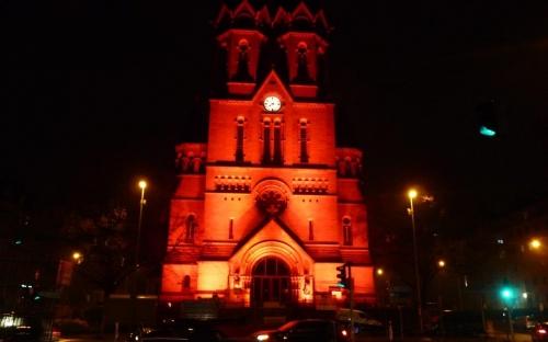Auch die Ringkirche wurde orange angestrahlt.