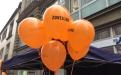 Orangefarbene Luftballons schmückten die Wiesbadener Innenstadt
