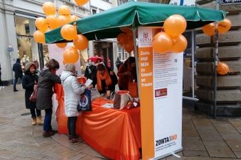 Informationsmaterial und Luftballons fanden reißenden Absatz