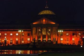 17.00 Uhr: Das Kurhaus leuchtet orange.