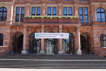Eine Woche lang zierte unser Banner den Rathauseingang
